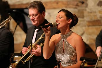 "Rebecca-Madeleine Katz (voc) - AL CAT & the ROARING TIGERS - White Christmas im Jazz-Club ""Schloss Köngen"" (16.12.2016)"